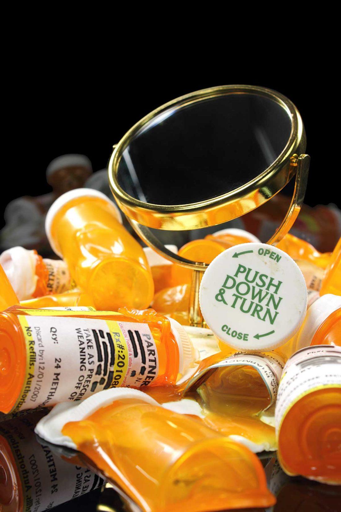 detail artwork make - up mirror-pill bottles created by meimorettini duo italian artists